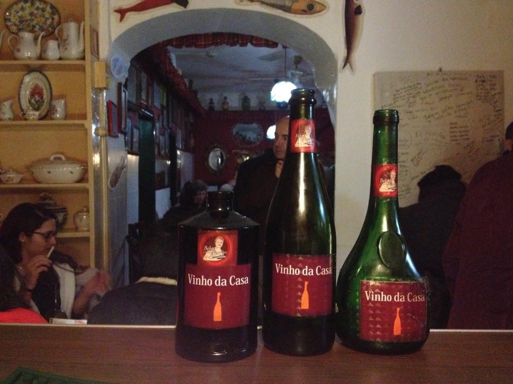 Na Tasca da Bela, o vinho da casa é servido de uma forma original. Fado